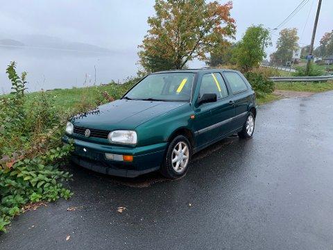 Denne bilen uten registreringsskilter blir fjernet av Drammen kommune innen 12. oktober om eieren ikke tar ansvar.