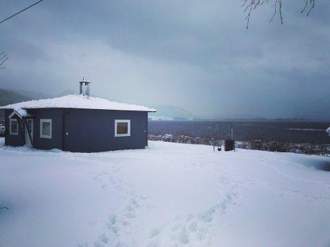 Om vinteren er hytta på Krok ikke i bruk i det hele tatt, men familien er innom og ser til den og måker snø av taket.