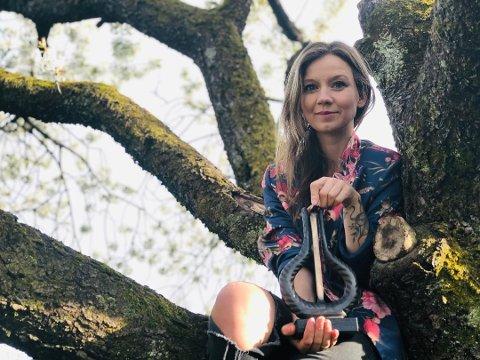 Maria Solheim bor i Nesbygda og skal delta i årets MGP. Her etter hun vant Spellemannsprisen i fjor.