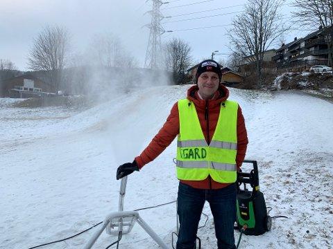Avdelingsleder på Tømmerås skole, Vegard Nyseter-Østby er snøkanonansvarlig. Han mener det er viktig for barna å ha mulighet til å leke ute i snøen.