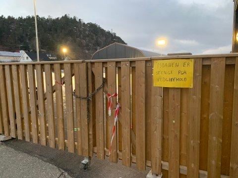Det vil ikke være mulig å bruke kunstisbanen i Svelvik før 18. januar - tidligst.