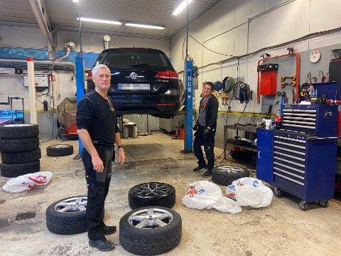 Jan Meyer til venstre. Her med en kollega som er i full gang med dekkskift på en bil.