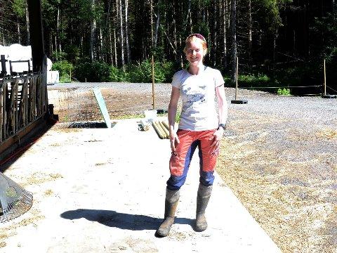 Linda Berg fra Berger Gård forteller at veden har gått unna. Nå har de bare ved som fortsatt trenger å tørke igjen.