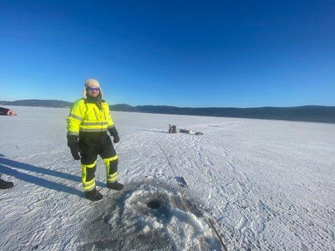 Marius Vassmoen (34) koste seg med isfiske, torsdag.