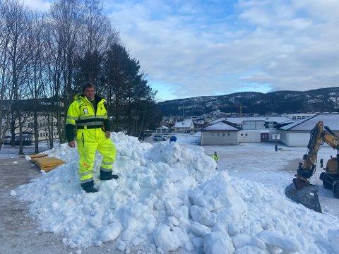Ragnar Kittelsen i Drammen kommune forteller at de kjørte fem, seks lass med snø til akebakken bak Tømmerås skole.