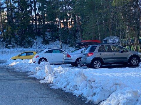 Denne parkeringsplassen på Berger ble ikke måkt før Haakon Rudolf Tønnesen selv tok den. Årsaken til manglende brøyting var lenge et mysterium.