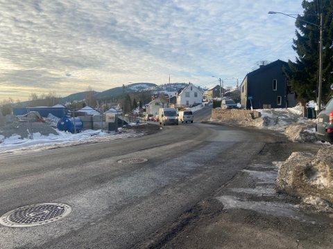 Svelvikveien lappes i disse dager. Hullet som var i svingen ved krysset Svelvikveien - Oscar Kiærs vei er blant hullene man ikke lenger trenger å kjøre i.