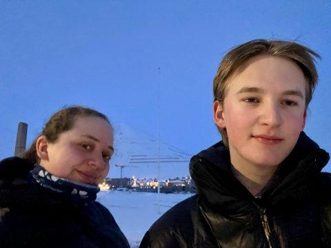 200 MIL HJEMMEFRA: Holmestrandingene Linett Steen Strømnes (19) og Stian Furu Øverbye (18) dro til Svalbard og Longyearbyen for å gå sisteåret på videregående.