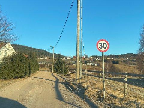Oppover Eikveien er det nå godt skiltet med 30-sone-skilt.