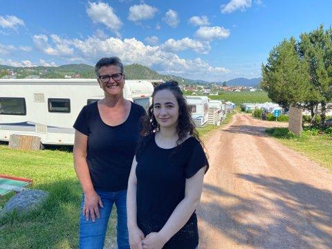 Bente Stensland og Heda Arzamulova (24) er klare for en kanonsommer på Homannsberget Camping.  Bildet er fra i fjor.
