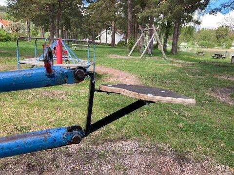 To ildsjeler tok på seg jobben med å fikse opp denne lekeplassen.