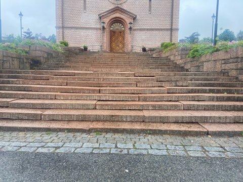 Det er mange trinn på kirketrappa som er skjeve.