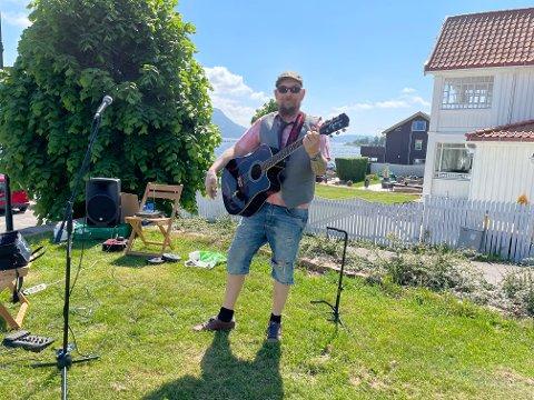Musiker Fredrik Kristian Jensen underholdt folk i Svelvik sentrum onsdag.
