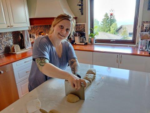 Pernille Boldvik i gang ved kjøkkenbenken atter en gang. Det har blitt flere og flere bestillinger av hennes surdeigbakst.