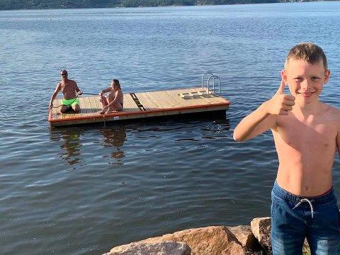 Tobias Hagen (8) stilte gladelig opp sammen med blant annet pappa Richard Hagen da flytebrygga i Tangen fjordpark skulle sjøsettes. Bak til venstre sitter Kenneth Skogmo.