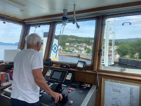 Asle Andersen var kaptein på Svelviksund, fredag. I midten av bildet kan man skimte køen i ferjeleiet på Verket.