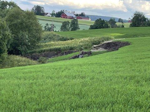 JORDSKRED: Tidligere denne uken tok et 70 meter bredt jordskred med seg flere tusen kubikkmeter masse i Aurskog-Høland. Nå er det varslet jordskredfare også i Sande.
