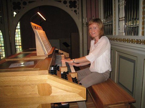 Synnøve Solberg feirer 20 år som kantor i Svelvik menighet.