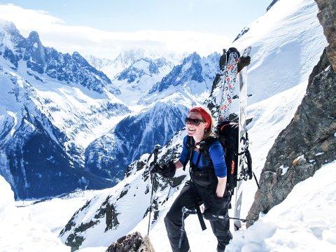 SNØSKREDEKSPERT: Emma Barfod fra Langesund er snøskredekspert for NVE og jobber fra desember til slutten av mai med nettstedet varsom.no. – Jeg har alltid vært glad i å stå på ski, å jobbe med snøskredvarsel er både spennende og krevende, sier hun. Her er hun avbildet i tynn luft i Senja.  FOTO: PRIVAT