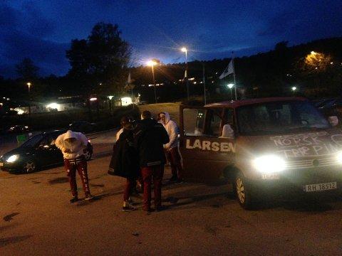 Russen er klare for fest. Her av noen av dem som hadde tatt turen til Skjærgårdshallen torsdag kveld. Foto: Dan Hagen.