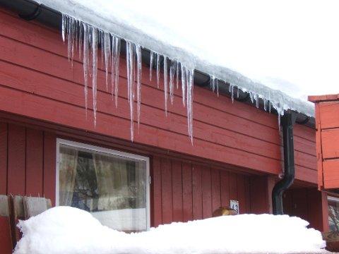 ISTAPPER, ET FARESIGNAL: Ser taket ditt slik ut om vinteren, kan det være smart å etterisolere. (Foto: SINTEF Byggforsk )