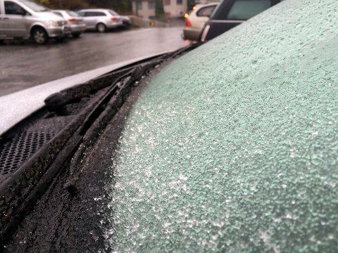 Underkjølt regn kan skape problemer for bilister. (NTB Scanpix)