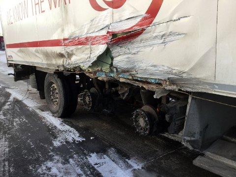 KRAFTIG SMELL: Tydelige skader på kjøretøyets ene side. FOTO: JARLE PEDERSEN