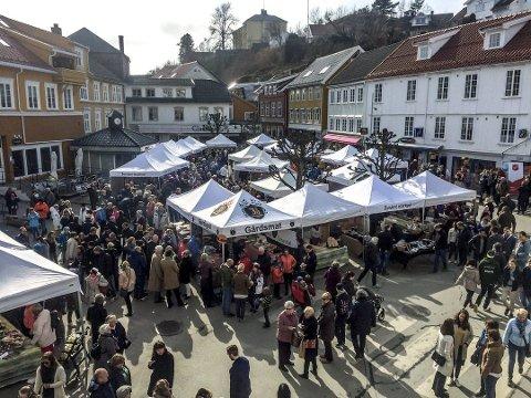 «Stinn brakke»: Mondens Marked i Kragerø trakk veldig mange kjøpelystne. Det var til tider så mye folk at man måtte gå i kø. Foto: Nicolai Jørgensen