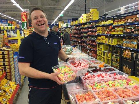 PRISKRIG: - Dette er helt sykt, sier kjøpmann  Jan Petter Stensholt hos Rema 1000 på Gimsøy i Skien. Onsdag formiddag kostet smågodtet 2,90 kroner pr. hekto.