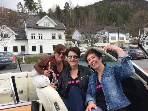 Her er Tone Lundeberg Reinholt sammen med sine gode hjelpere Guri Holdte og Anne Tveit. I bakgrunnen ser man bygget som snart skal bli prydet av Elvis. FOTO: PRIVAT