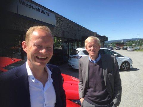 FULL GASS: Konsernsjef Pål Solberg (i bakgrunnen) og sønnen Ole Solberg kjører på for fullt i bilbransjen.