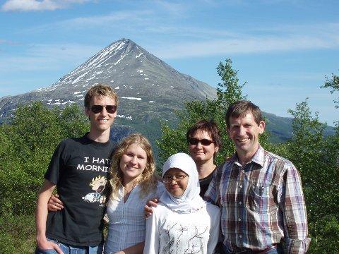 Vertsfamilie: Denne familien lot en student fra Indonesia bo hos seg. - Å være vertsfamilie er en spennende opplevelse, forteller familien Falch Alsos.
