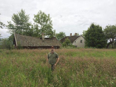 TILBAKE: Jeffrey Huset er tilbake på gården der familien Huset bodde før utvandringen til USA. Jeffrey bor nå i Minneapolis. FOTO: INGJERD STULEN