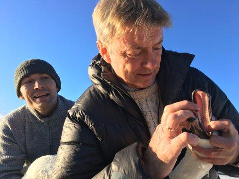 LYKKELIG SLUTT: Kjetil Harket følger med når Eigil Movik drar ut snøret. De sørget for dagens gode gjerning på Bakkestranda.