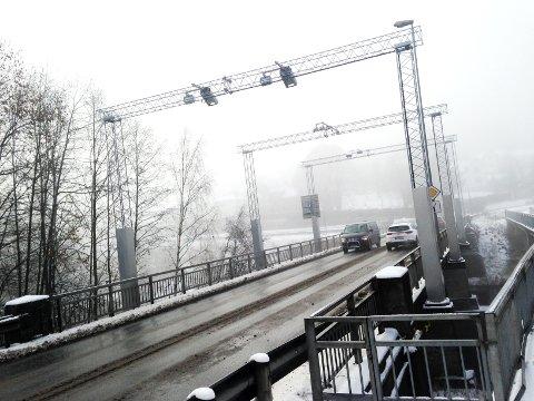 BRUA MOT STRØMDAL: Falkumbrua, som benyttes av tusenvis av bilister hver dag, volder hodebry. Bildet viser brua sett fra Bakken mot Strømdal i Skien.
