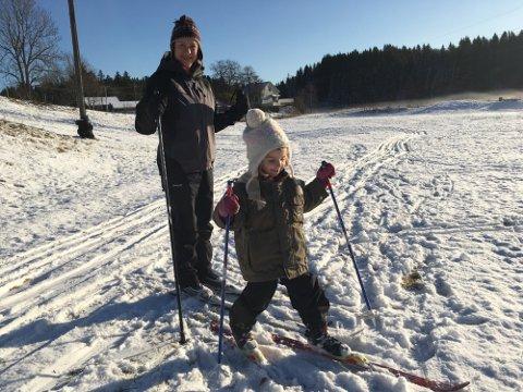 FØRST UTE: Anne Cathrine Syversen og datteren Åsne var de første skiløperne på Jarseng i år.