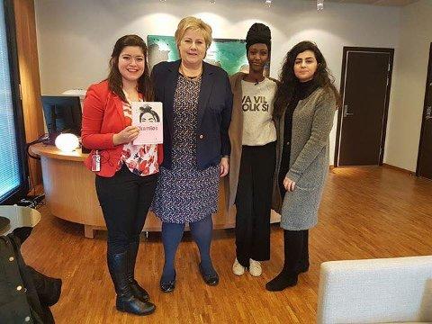 SKRØT: - Erna Solberg sa hun likte boken kjempegodt, forteller Amina Bile, som står på statsministerens høyre side. Ved siden av henne står Nancy Hertz og på venstre side står Sofia Nesrine Srour.