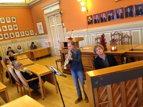KONSERT I BYSTYRESALEN: Torsdag var det konsert i bystyresalen. Victoria Baasland var en av dem som spilte, hjulpet av lærer Tormod Klovning.