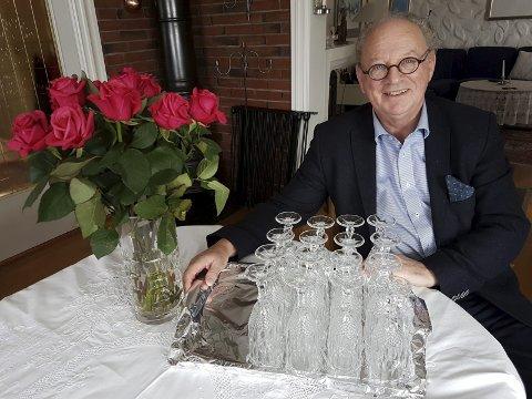PARTY: Glassene og rosene er allerede fremme og nå inviteres gjestene til åpent hus og hvis de ønsker mottas gjerne  en gave til Afrika.