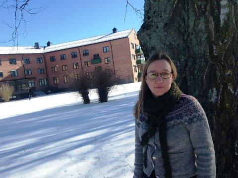DETTE ER STEDET: Politiker Mona Nicolaysen er klar. Når det gamle sykehjemmet her er revet, så bør en moderne barnehage anlegges i stedet.