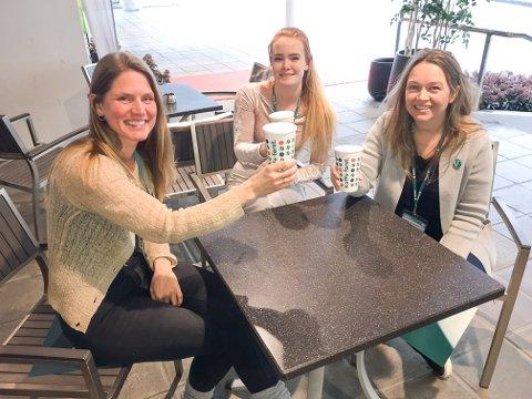 """MER KAFELIV: Eli Taugbøl fra Kviteseid, Terese Kolberg Seynaeve og Ingrid Åmlid fra Bamble vil ha mer kafeliv. Og vil derfor gjøre endringer i momsen. Noe som vil gi dyrere """"ta med"""" mat."""