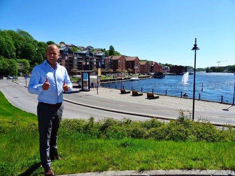 VIL HA BIBLIOTEKET NED PÅ BRYGGA: Emil Eriksrød skal være med på utviklingen av Skien brygge. Som en del av dette prosjektet mener han at det nye biblioteket bør liggge ned mot elva. Foto: Privat