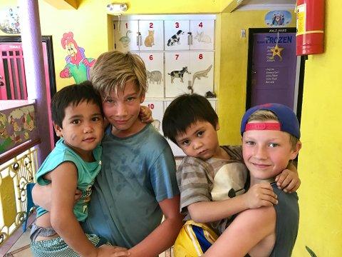 Tok grep: Brødrene Boye (15) og Emil (10) Bomhoff engasjerte seg for å skaffe skolebuss til barnehjemmet.
