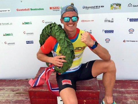 PÅ SEIERSPALLEN: Morten Eide Pedersen fra Team BN Bank etter åtte mil og seier i det som omtales som verdens hardeste rulleskirenn.