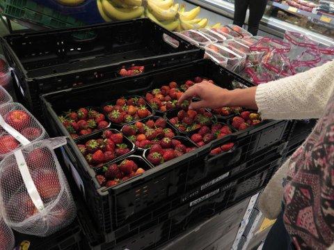 JORDBÆR: Er du en av de som bytter ut dårlige jordbær med fine? Det setter ikke de butikkansatte noe særlig pris på. Foto: Jorunn Egeland (Mediehuset Nettavisen)
