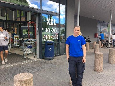 – Tviler på at folk er klar over det: Kjøpmann i Rema 1000, Lone Arnesen, har erfart at de fleste som har med seg hund til butikken binder hunden ved inngangen. Foto: Vårin Alme