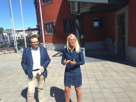 BRYGGENE I SKIEN: - Her på Langbrygga ved Tollboden kan vi få et nytt praktbygg for fylkesadministrasjonen, mener rådmannen Ole Magnus Stensrud og ordfører Hedde Foss Five.