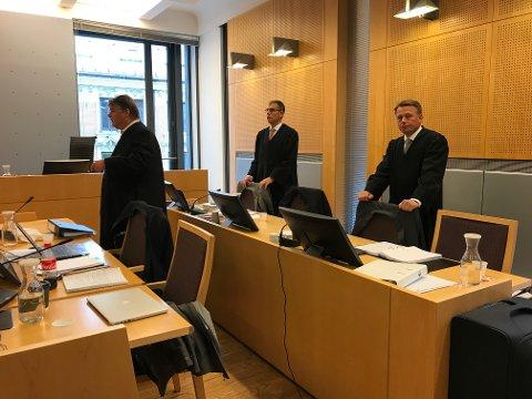 FORSVARERNE: Advokat Hans Olav Bytingsvik (til venstre), forsvarer den 33 år gamle IT-utdannede mannen fra Grenland. Advokat Vegard Aaløkken forsvarer 32-åringen fra Telemark, mens Jan Erik Teigum (til høyre) forsvarer 32-åringen fra Grenland.