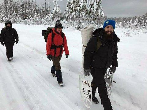 TIL FOTS: Ulveforkjemperne møtte opp nord for Deset sentrum torsdag for å ta seg innover Nordsætervegen der det pågikk ulvejakt. De ble nektet å kjøre på skogsbilveien, og tok beina fatt.