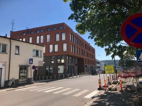SAMLOKALISERT: Fra og med onsdag var politiets operasjonssentral og alarmsentralen til brannvesenet samlokalisert her i det nye politihuset i Tønsberg. Foto: Jon Cato Landsverk
